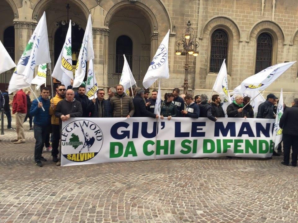 Presidio davanti ai tribunali di Perugia e di Terni. Sosteniamo il diritto di difendersi in casa propria.